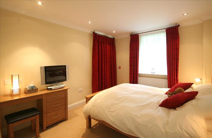 Burgundy bedroom 28 images 7 best bedroom color for Burgundy color bedroom ideas